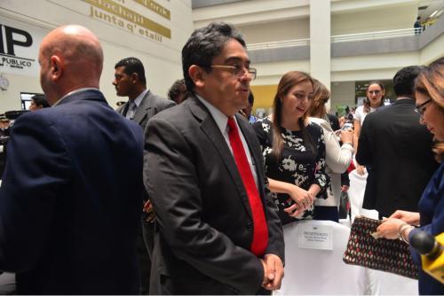 Así llegó Jordán Rodas a la toma de posesión de la nueva Fiscal General. (Foto: Jesús Alfonso/Soy502)