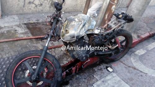 Así quedó la motocicleta incendiada. (Foto: Amilcar Montejo/PMT)