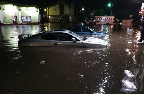 Así quedaron los vehículos afectados por la lluvia. (Foto: Stereo 100)