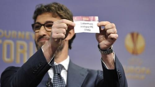 Ciro Ferrara muestra al Tottenham Hotspur en la primera eliminatoria que salía en el sorteo de dieciseisavos. (Foto: FIFA)