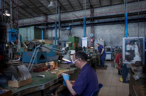 El interior de la fábrica de GDE. Bertoni, en Paderno Dugnano, el lugar donde se fabrican muchos de los trofeos de las competencias deportivas más importantes del mundo. (Calogero Russo/The New York Times)