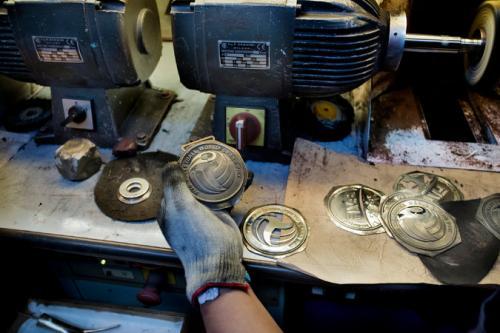 La fábrica de GDE Bertoni también se encarga de la producción de medallas. (Foto: Calogero Russo/The New York Times)