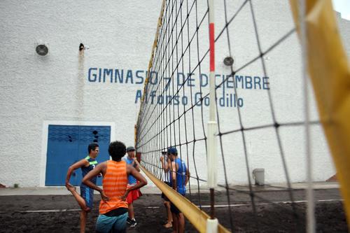 El equipo masculino de voleibol de playa tuvo sus últimas prácticas a un costado del Gimnasio 7 de diciembre. (Foto: Comité Olímpico Guatemalteco)