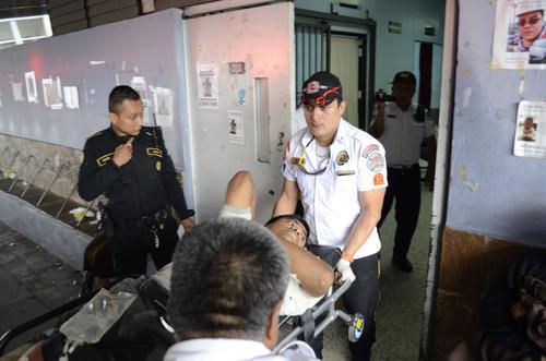 El herido que quedó con custodia de PNC fue trasladado al hospital San Juan de Dios. (Foto: Wilver Martínez/ Bomberos Voluntarios)