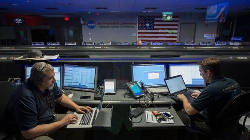 Edward Hirst, en el centro de control de las misiones espaciales. (Foto: Cortesía NASA)