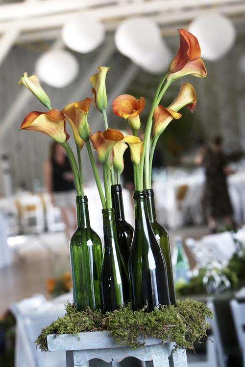 Un lindo detalle es colocar musgo debajo de las botellas. (Foto: Pinterest)