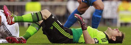 Iker Casillas sufrió un encontronazo con Casemiro durante la segunda mitad del juego. (Foto: Alberto Martín/EFE)
