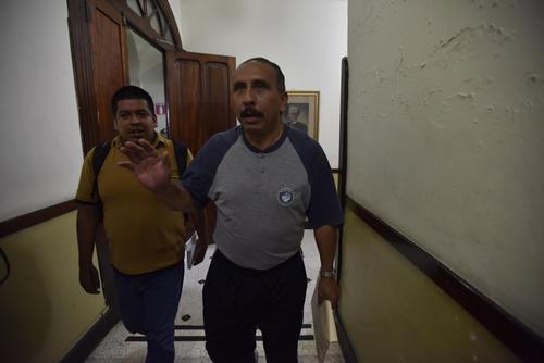Un abogado que llegó vestido de forma informal entregó el Proyecto de Presupuesto para 2016 (Foto: Luis Lima/Nuestro Diario)