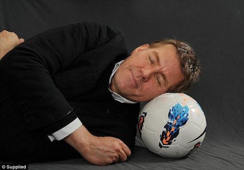 Él es NIck LIttlehales, entrenador de sueño de atletas del todo el mundo, incluyendo Cristiano Ronaldo. (Foto: Daily Mail)