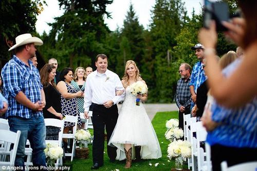 Un amigo de la familia y del detective de la Policía de Seattle Don Jones, caminó junto a la novia. (Foto: DailyMail)