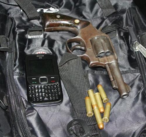 Un revólver calibre 38 y municiones le fueron decomisadas al hombre que escondió el cuerpo de su hermano. (Foto: PNC)