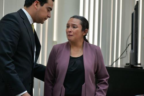 Claudia Bolaños llora después de escuchar la sentencia de 17 años de prisión por el caso de Plazas Fantasma. (Foto: Wilder López/Soy502)