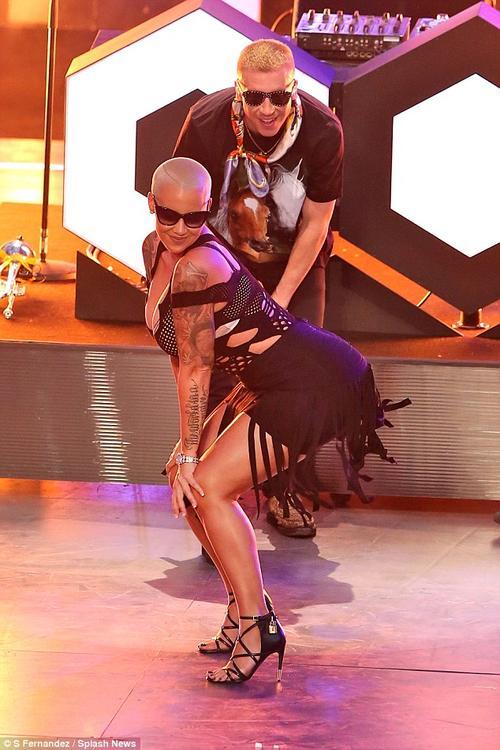 La sensual Amber Rose impactó a la concurrencia con su forma de bailar en el escenario. (Foto: Daily Mail)