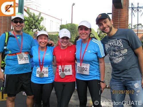 Con algunos de mis compañeros corredores, después de la Max Tott de 2012. Yo terminé esa media maratón con pulmones trepanados. (Foto: Raúl Sosa/Maratón Guate).