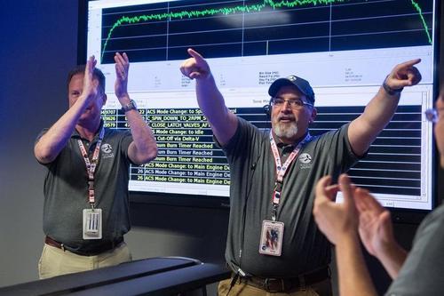 Hirst celebra aquí la inserción en órbita de la misión Juno. (Foto: Cortesía NASA)