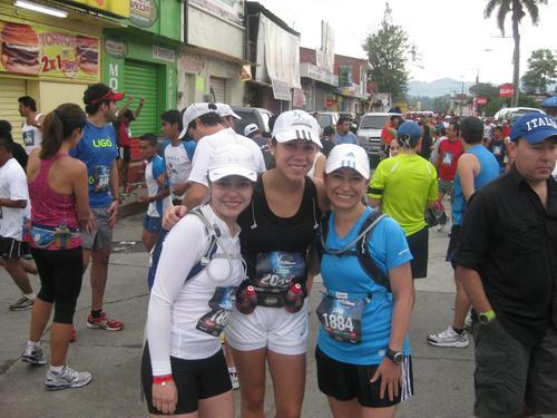 En la línea de salida de la media maratón de Cobán. El ambiente de esa carrera es incomparable.
