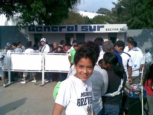 En el 2012, Gilder Lemus, asistió al estadio Mateo Flores para ver un partido de la selección mayor, y se tomó esta foto sin pensar que cuatro años después podría entrenarse con la Bicolor. (Foto: Gilder Lemus)