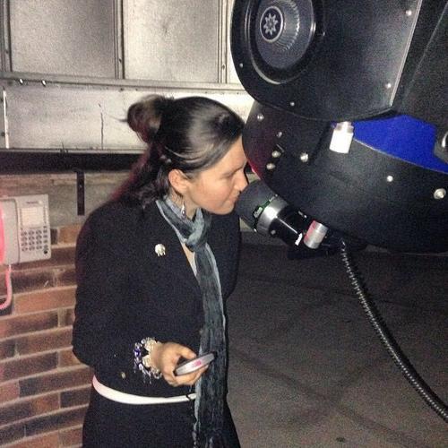 """Eleonora Poitevin, manejando el telescopio de 14"""" de la URL. (Foto: Cortesía Edgar Castro Bathen)."""
