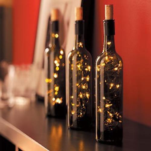 Debes tener cuidado con el color de luces que escojas, de preferencia que sean del mismo color de la botella (verde). (Foto: Pinterest)