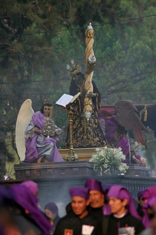 La consagrada imagen de Jesús Nazareno de las Tres Potencias es un auténtico tesoro. Esta procesión de Lunes Santo ya marca el espíritu luctuoso de la Semana Santa guatemalteca. (Foto: Raúl Illescas).