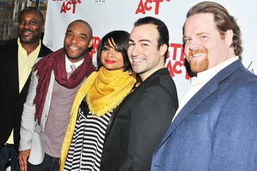 """El actros de origen guatemalteco Caesar Samayoa comparte con el elenco de la obra """"Sister Act"""" de Broadway en la que actuó. (Foto: playbill.com)"""