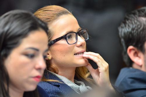 Daniela Beltranena escucha a su abogado defensor durante la intervención ante el juez Miguel Ángel Gálvez. (Foto: Jesús Alfonso/Soy502)