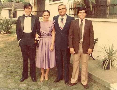 Ricardo Alejos David, a la izquierda, con sus padres, y su hermano Horacio, a la derecha. (Foto: Facebook)