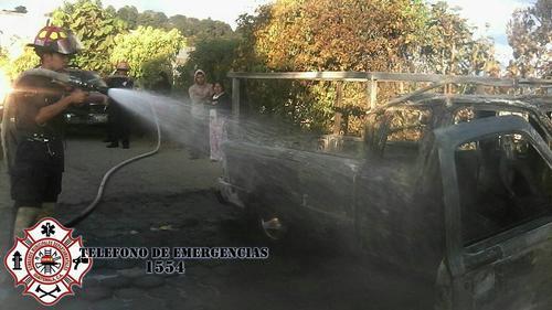 Un hombre sufrió quemaduras luego que su vehículo se incendiara. (Foto ASONBOMD)