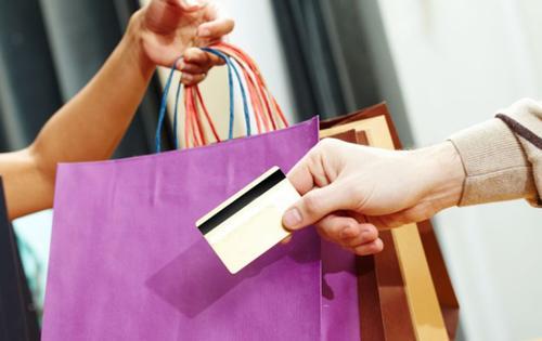 Los emisores de tarjetas de crédito decidieron eliminar las cuotas mensuales. (Foto: Archivo)