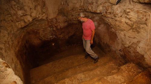 El descubrimiento ha hecho que la familia sea visitada para conocer este tesoro milenario. (Foto: AFP)