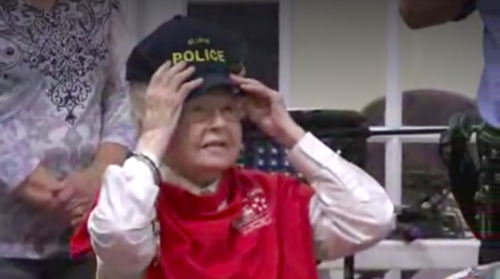 La mujer de 102 años hasta tuvo tiempo para probarse una gorra de policía. (Foto: huffingtonpost.com)
