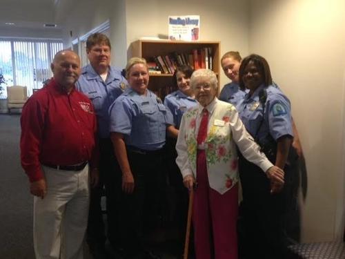 La simpática anciana posó junto a todos en la jefatura de policía. (Foto: huffingtonpost.com)