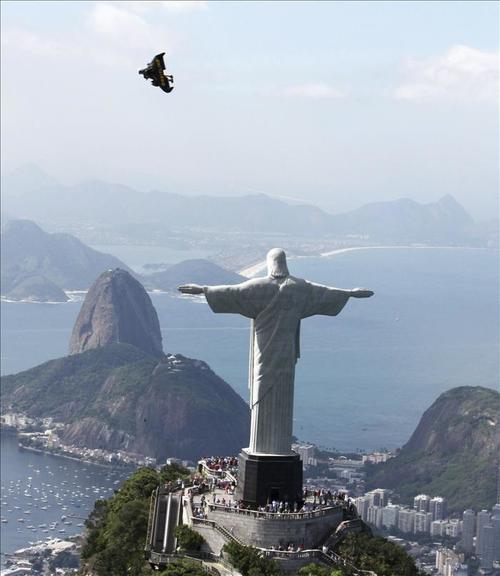 El emblemático Cristo de Corcovado preside la agitada vida de Río de Janeiro, un destino turístico por excelencia en Brasil. (Foto: EFE)