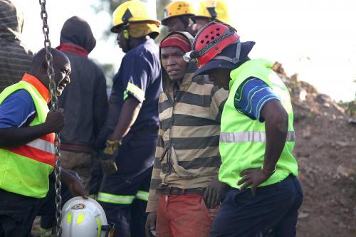 19 Mineros siguen atrapados dentro de una mina de oro abandonada en Sudáfrica. (foto: EFE)