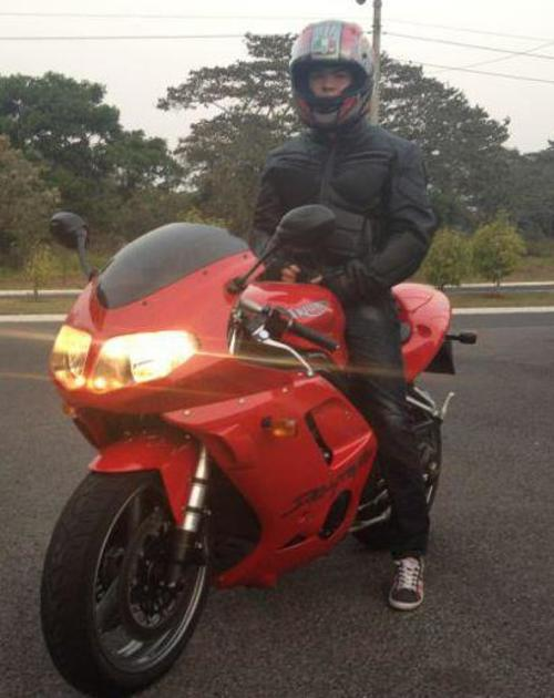 El joven muestra su gusto por las motocicletas y automóviles.  (Foto Facebook)