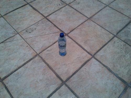 Lo único que necesitas es un objeto, tan sencillo como una botella de agua. (Foto: Edgar Castro Bathen).
