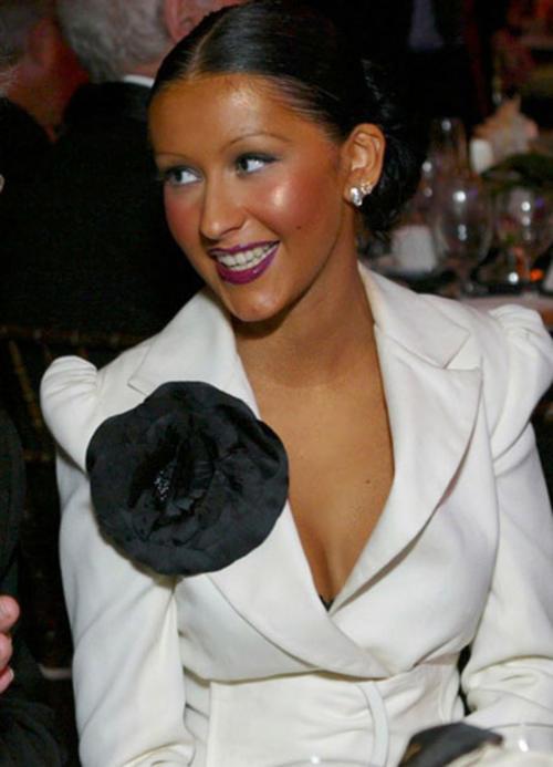 Podrá haber pasado todo el verano en la playa, pero a Cristina Aguilera le queda fatal esta base de maquillaje, varios tonos más oscura que la que ella necesita. (Foto: www.redlipstick.com)