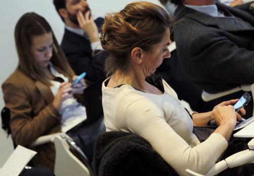 Un teléfono móvil será suficiente a partir de hoy para resolver cualquier duda lingüística. (Foto: EFE)