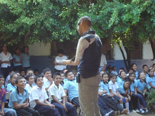 Raúl Pérez imparte charlas motivacionales a empresas, iglesias, universidades, escuelas y donde se lo pidan, su carisma y testimonio de vida conquista a chicos y grandes. (Foto: Raúl Pérez)