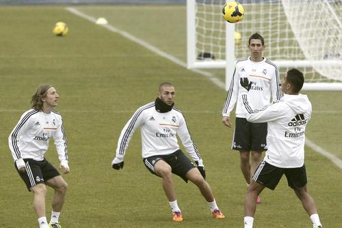Benzemá, Modric, Di María y Casimiro durante un entreno previo al juego ante el Osasuna. (Foto Paco Campos/EFE)
