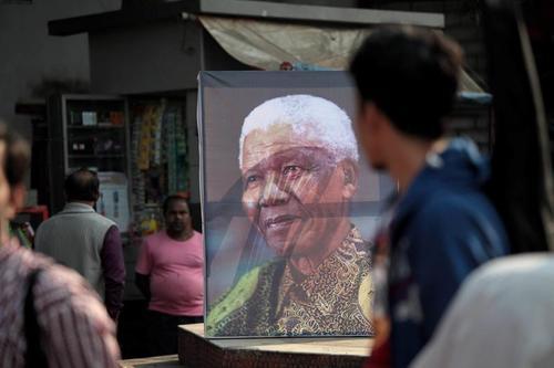 En India, rindieron tributo a Mandela, en el día de su sepelio. (Foto: EFE)
