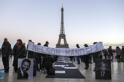 En París también se llevó a cabo un homenaje a Nelson Mandela, en el día de su despedida.