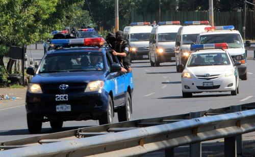 Miembros de las Fuerzas Especiales de la Policía nicaragüense custodian a los 18 mexicanos que simularon ser periodistas de Televisa y a quienes se les había incautado 9,2 millones de dólares, el lunes 23 de diciembre de 2013, en el Aeropuerto Internacional de Managua (Nicaragua), a donde fueron conducidos para ser repatriados y cumplir sus condenas por narcotráfico y lavado de dinero en México.