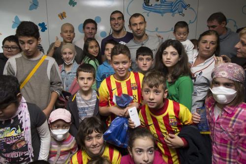 Messi, Pinto y Mascherano, entre otros, visitaron el hospital Vall d'Hebron. (Foto: Alejandro García/EFE)