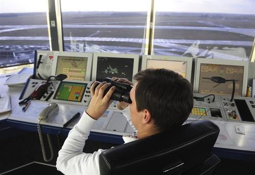 El Controlador Aéreo observa el objeto que apareció en el cielo en Bremen, norte de Alemania, donde varios vuelos tuvieron que ser cancelados y pospuestos después de este apareciera en los radares. (Foto: EFE)