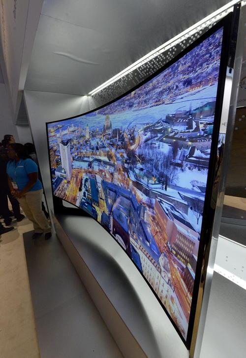 Un televisor panorámico curvo de 105 pulgadas Samsung UHD es exhibido la feria CES, el evento anual más importante de la electrónica de consumo, en Las Vegas (Nevada, EE.UU.). (Foto: EFE/Michael Nelson)