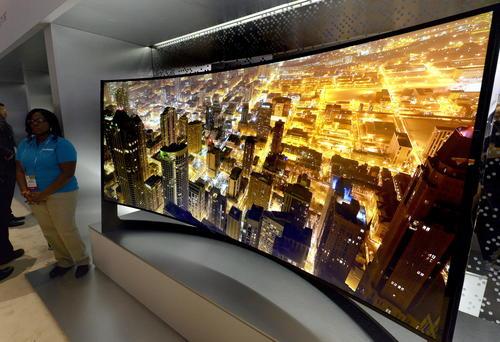 Televisor curvo de 105 pulgadas Samsung UHD. (Foto: EFE/Michael Nelson)