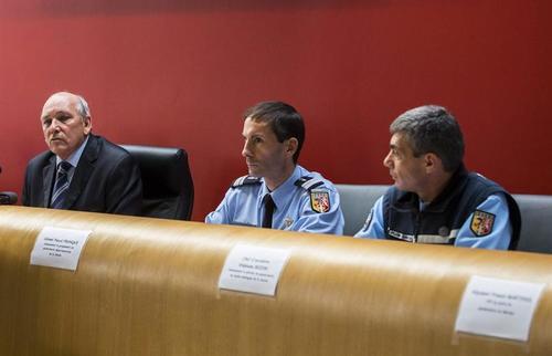 Miembros de la gendarmería participan en la conferencia de prensa donde se han dado avances de la investigación en torno al accidente de Michael Schumacher. (Foto: EFE)