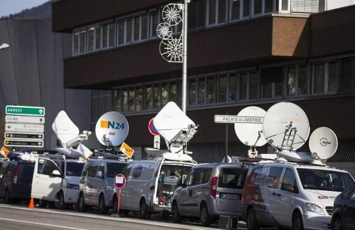 Decenas de medios de comunicación acuden para la transmisión en vivo de la conferencia en la que se dieron avances sobre la investigación tras el accidente de Michael Schumacher. (Foto: EFE)