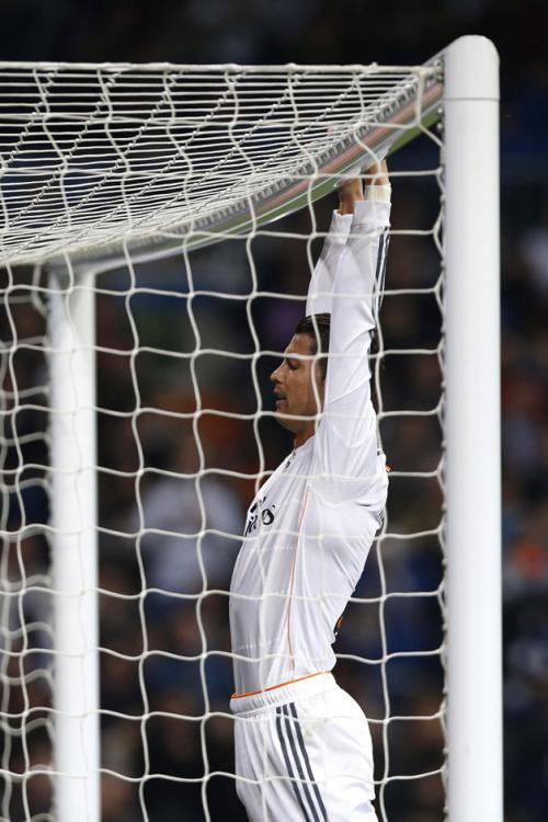 Cristiano Ronaldo dejó ver su frustración al no poder marcar ante el Osasuna. (Foto: Javier Lizón/EFE)